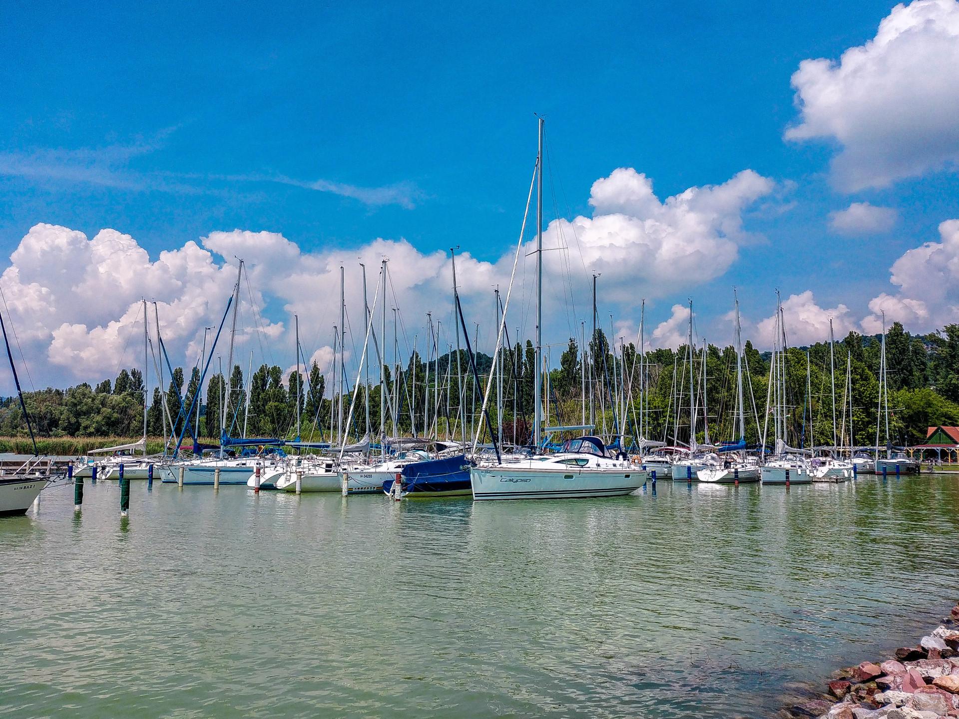 Segelboote im Hafen von Szigliget